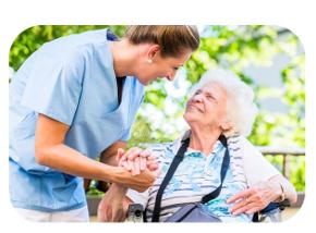 Pflegerin von Private Pflege mit Herz hält die Hand einer Patientin
