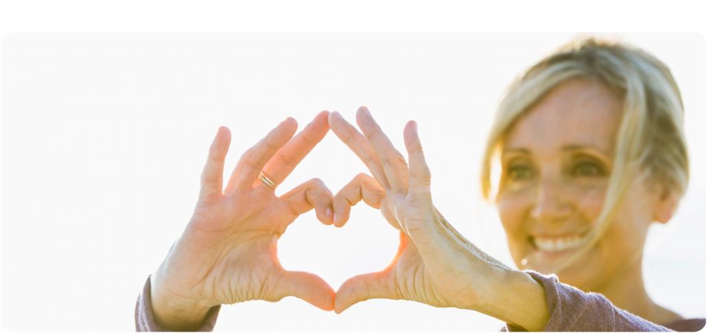 Pflegeleitbild Pflege mit Herz Frau formt Herz mit Händen